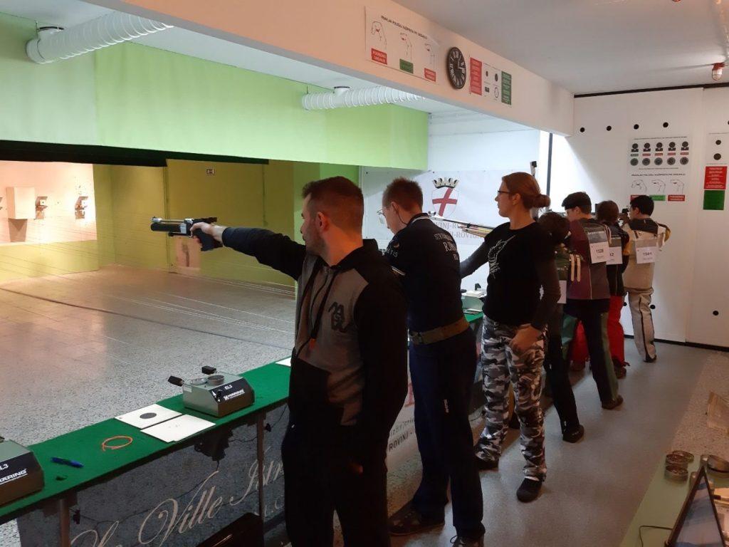 Strijelci u trenutku natjecanja u zračnom pištolju