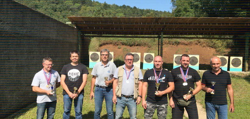 Prvenstvo Istarske Županije VK Pištolj/Revolver zajednička slika sa medaljama